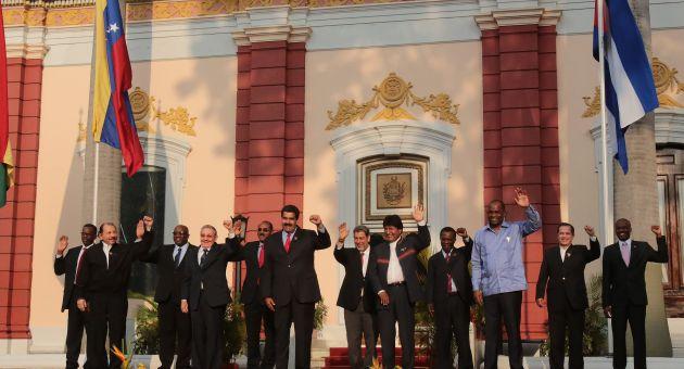 Foto oficial de la Cumbre extraordinaria del ALBA efectuada este martes en Caracas.