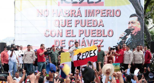 """""""Nosotros sabremos ganar la paz con dignidad, de pie, no de rodillas como pretende la derecha"""", dijo Maduro."""