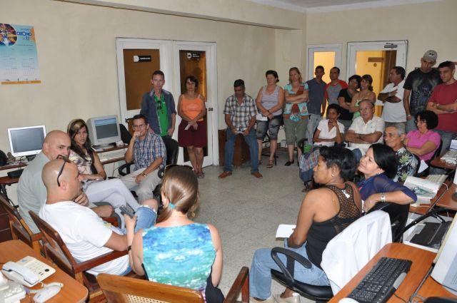 Andy Vázquez comparte con los trabajadores de Escambray.