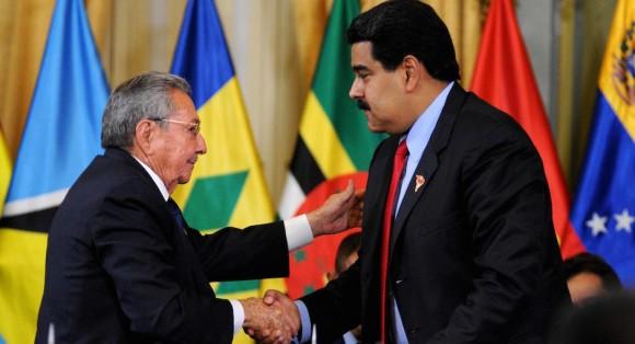 Raúl y Maduro durante la Cumbre Extraordinaria del ALBA en Caracas.