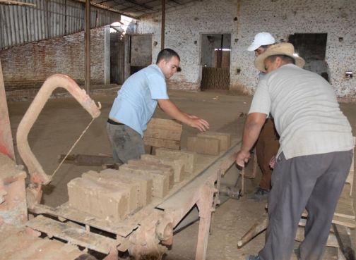 En el tejar Camilo Cienfuegos se mantiene la producción de ladrillos.