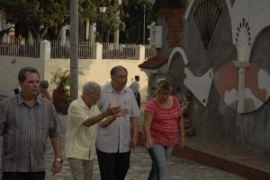 El embajador chino recorrió el centro histórico de Sancti Spíritus, acompañado de las principales autoridades de la provincia. Foto Gallo.