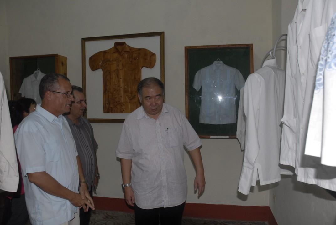 El embajador chino visitó la Casa de la Guayabera.