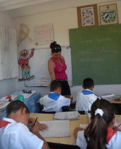 """En medio del lomerío. la escuela rural """"Orestes Bravo"""" es centro referencial para sus similares del municipio de Yaguajay. Foto Oscar Alfonso."""
