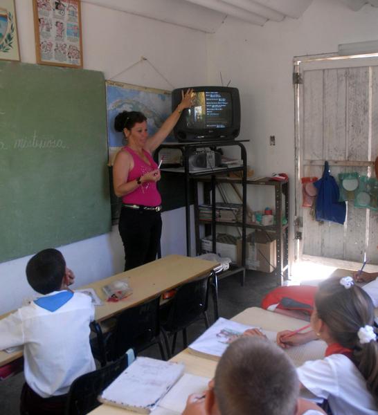 El funcionamiento de paneles solares posibilita a los estudiantes acceder a las teleclases y aprender computación. Foto Oscar Alfonso.