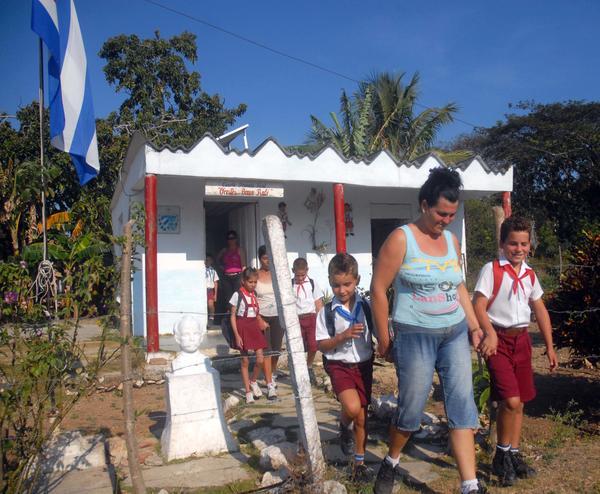 """Escena cotidiana en la escuela rural """"Orestes Bravo"""", perteneciente al Plan Turquino. Foto Oscar Alfonso."""
