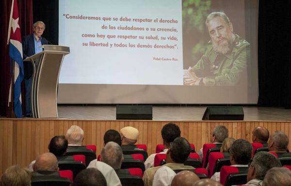 El Fraile dominico brasileño, Frei Betto, autor del libro Fidel y La Religión, durante el acto por el aniversario 30 de la publicación del texto y el 25 del encuentro de Fidel con líderes religiosos. Foto AIN.