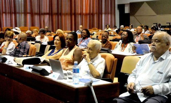 XIII Seminario Internacional de Longevidad que sesiona hasta el jueves en el Palacio de Convenciones de La Habana con unos 300 delegados de varias naciones.