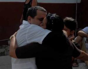 Esposas, hijos y demás familiares se fundieron en un abrazo con los cooperantes se la Salud que regresaron de combatir el ébola.