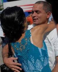 Esposas, hijos y demás familiares se fundieron en un abrazo con los cooperantes se la Salud que regresaron de combatir el ébola. Foto: Reidel Gallo.