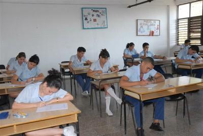 Estos examenes se preparan por una comisión académica compuesta por profesores de experiencia de varias provincias.