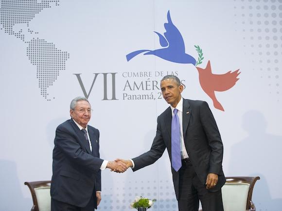 Los dos mandatarios conversaron después de los discursos en la sesión plenaria de la Cumbre de las Américas.  Foto Pablo Martinez  AP.