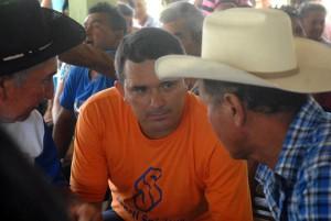 El intercambio permanente con los productores experimentados es una de las virtudes de Yarley.   Foto Oscar Alfonso.