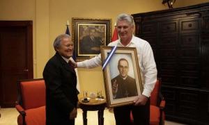 El mandatario salvadoreño obsequió a Díaz-Canel un cuadro con la imagen de Monseñor Romero. Foto: www.presidencia.gob.sv