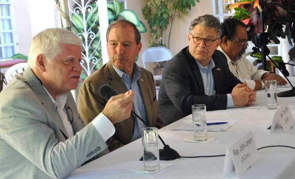 De izquierda a derecha los congresistas norteamericano, John B. Larson, representante de Connecticut, Tom Udall senador de Nuevo México, el senador de Minnesota Alan Stuart Franken, y Raúl Grijalba,  representante por Arizona. Foto AIN.