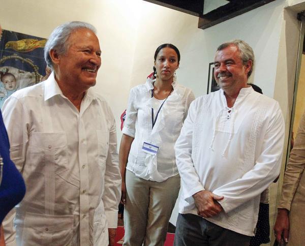 Salvador Sánchez Cerén junto a Carlos Alberto Cremata, director de la compañía infantil La Colmenita. Foto AIN.
