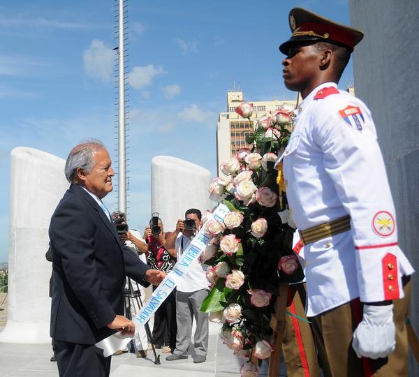 Salvador Sánchez Cerén depositó una ofrenda floral en la base del monumento al Héroe Nacional José Martí. Foto AIN.