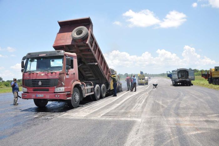 Fuerzas especializadas del Ministerio de la Construcción realizan las labores de reparación.