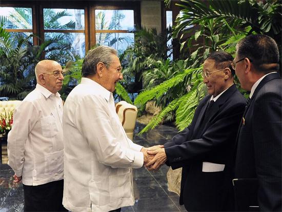 En un ambiente fraternal intercambiaron sobre el estado de las relaciones entre ambos partidos y naciones, así como otros temas nacionales e internacionales. Autor: Estudios Revolución