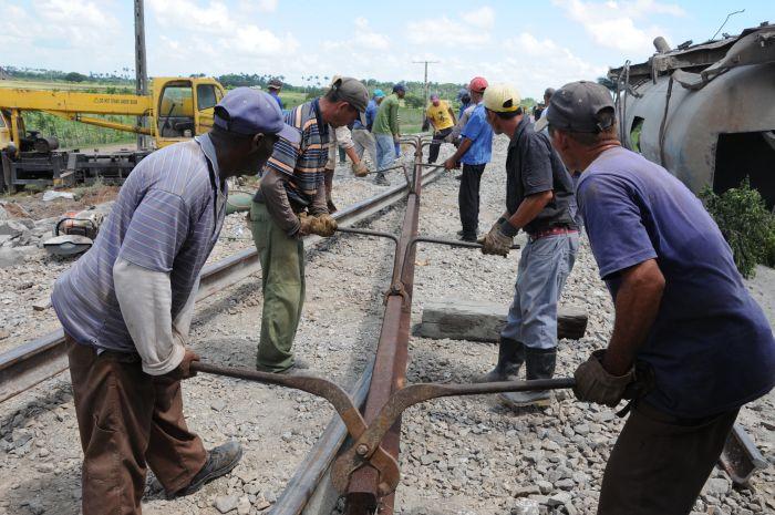 Más de un centenar de hombres participaron en la reparación de la vía.