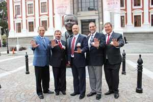 Gerardo, Ramón, Antonio, Fernando y René frente al Parlamento.