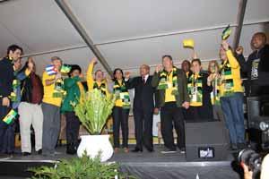 El mandatario intercambió brevemente con los Cinco, quienes se encuetran de visita en Sudáfrica.