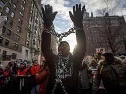 El tema de la actuación policial contra los negros y otras minorías mantiene candente el problema racial en Estados Unidos.