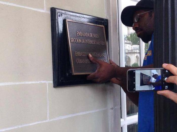 En la Sección de Intereses en Washington se removió la placa anterior que dará paso a la identificación como Embajada de Cuba. Foto: Twitter