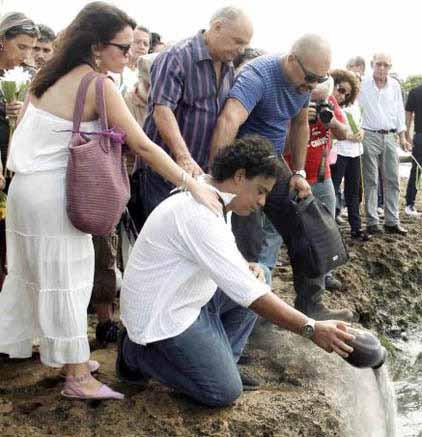Hugo Reyes Rodríguez (C), hijo de la actríz Alina Rodríguez, vierte al mar las cenizas de la destacada actriz. Foto AIN.