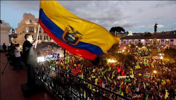 """""""Aquí van a mandar las grandes mayorías, acá esta la Revolución ciudadana"""", exclamó Correa desde el balcón del Palacio Carondelet."""