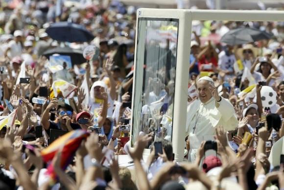 Papa Francisco ofició misa en Guayaquil entre miles de fieles. Foto: AFP.