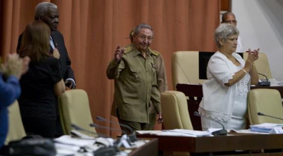Raúl asiste a la sesión plenaria de la Asamblea Nacional del Poder Popular de Cuba.