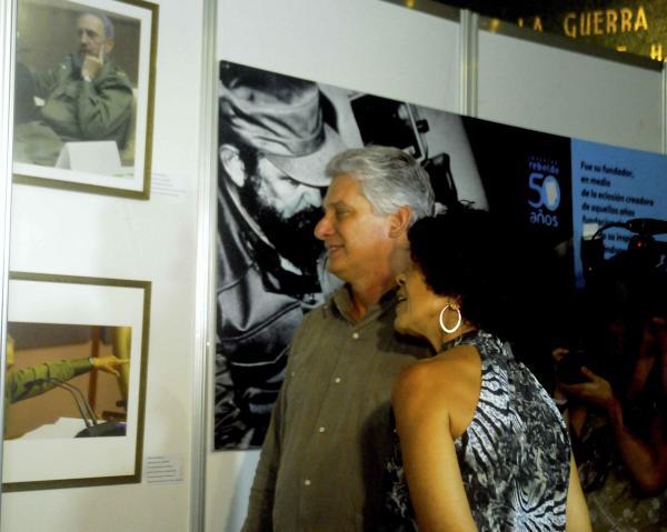 Díaz-Canel inauguró la exposición fotográfica en homenaje a Fidel Castro que realiza el diario cubano Juventud Rebelde. Foto AIN.