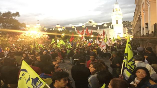 Cientos de personas se unen a la vigilia en Plaza Grande (sede del Gobierno en Quito) en apoyo a la Revolución Ciudadana. (Foto TeleSUR)