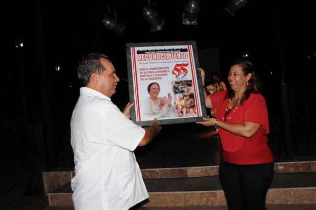 Las mujeres espirituanas recibieron el homenaje de entidades y organismos locales. (Foto Vicente Brito)