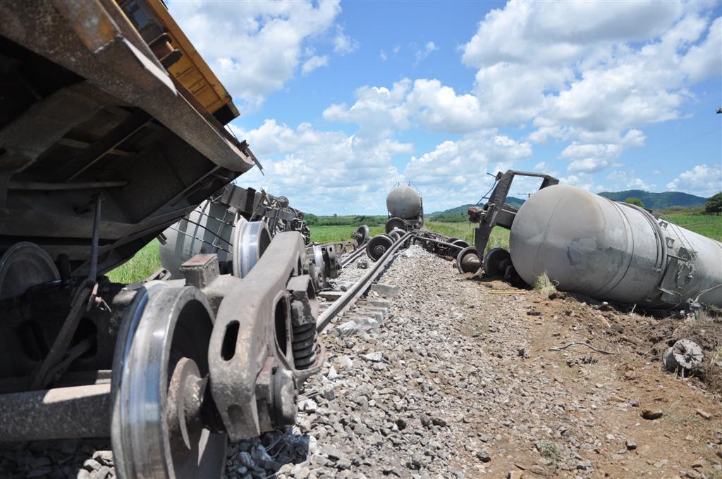 Dos de los silos se descarrillaron junto al cabú del tren. (Fotos Vicente Brito)