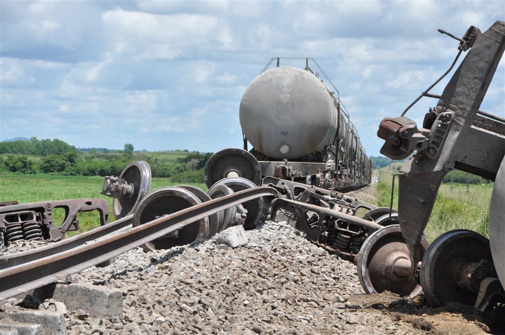 Dos de los silos se descarrillaron junto al cabú del tren.