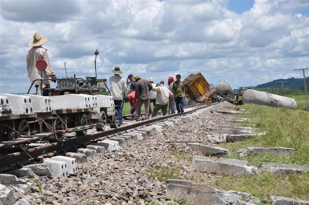 Brigadas pertenecientes a la UEB Vías y Puentes Sancti Spíritus, con el apoyo del Ejército Juvenil del Trabajo (EJT), emprendían la reparación del vial.