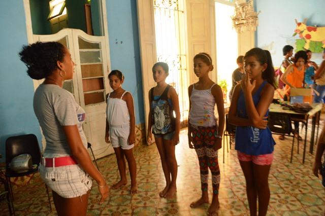 Los instructores de danza enseñan a los alumnos mambo, pilón, danzón y otros ritmos tradicionales de Cuba.