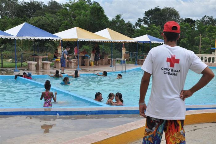 Siempre atentos los salvavidas durante las horas que dura la estancia de los bañistas en el agua. (Foto Vicente Brito)