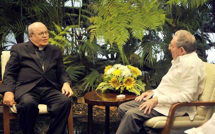 Raúl y el Cardenal dialogaron acerca de la marcha de los preparativos para la visita a Cuba de Su Santidad el Papa Francisco y sobre aspectos de mutuo interés.