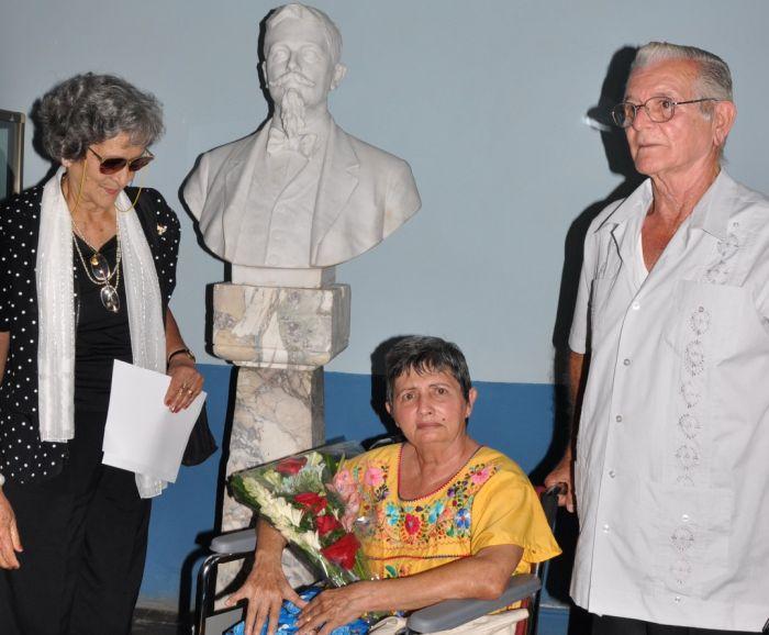 Esperanza Muro cerca de la escultura de Manuel Martínez-Moles, a quien le dedicó una de sus más extensas investigaciones.  (Foto Vciente Brito)