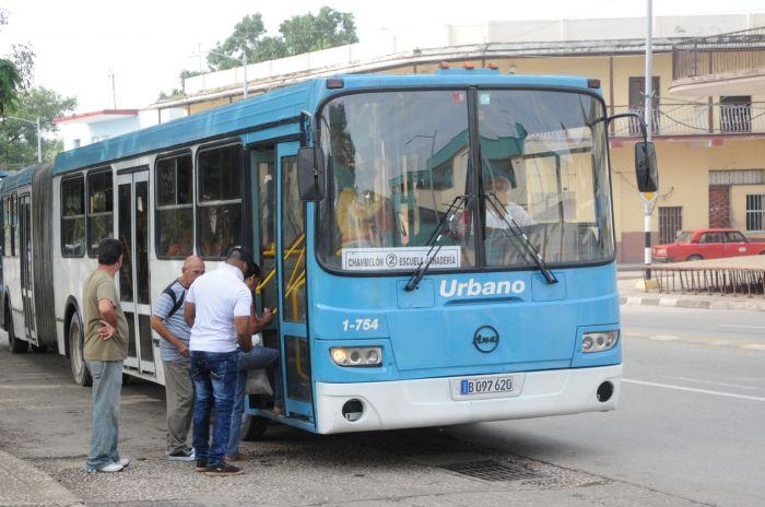 En las guaguas de transporte urbano en Sancti Spíritus el desorden es frecuente últimamente.