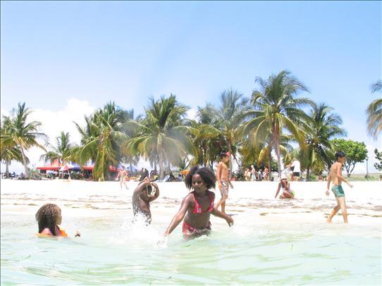 Niños, jóvenes y adultos prefieren bañarse en las playas.