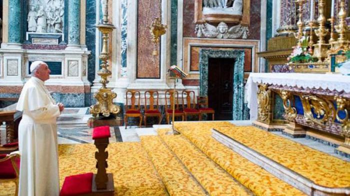 El Papa reza ante la imagen de la Salus Populi Romani en la Basílica de Santa María la Mayor. (Foto: L'Osservatore Romano)