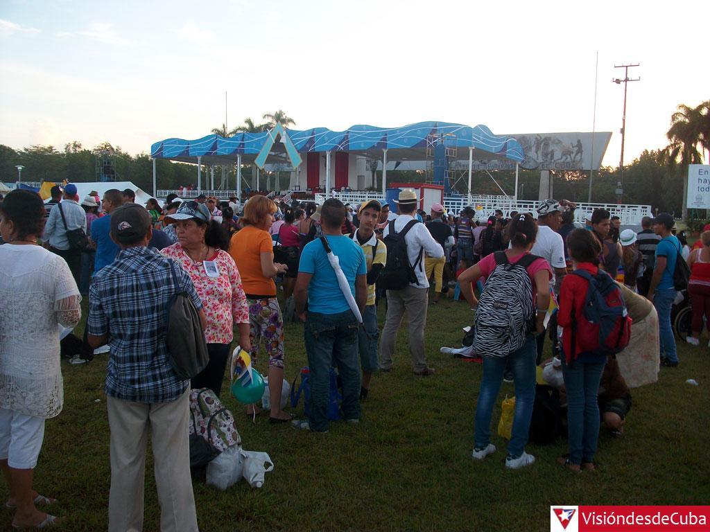 Feligreses se congregan en la Plaza Calixto García. (Foto: @visiondecuba)