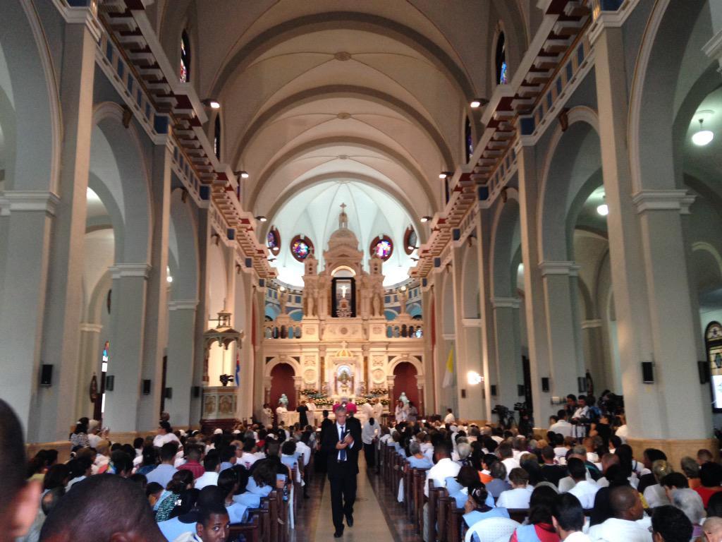 Fieles congregados en el templo. (Foto: twitter de Paloma G. Ovejero)