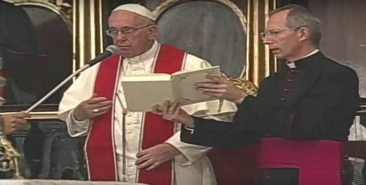 El Papa oficia la liturgia de las Vísperas.