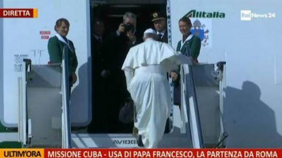El Papa abordando el vuelo de Alitalia rumbo a Cuba.