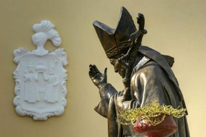 Monumento a San Juan Pablo, ubicada en el atrio de Catedral de San Isidoro de Holguín. (Granma)
